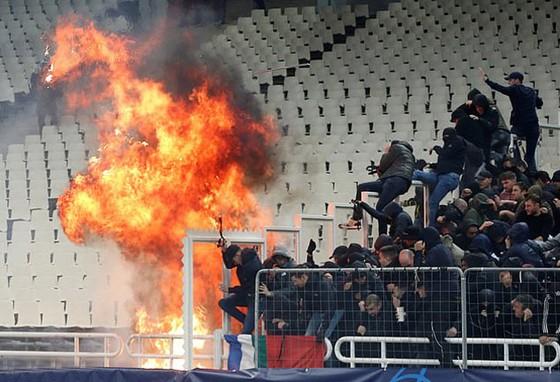 AEK Athens - Ajax 0-2: Dusan Tadic ghi bàn, CĐV Hà Lan bị ném bom xăng ảnh 5