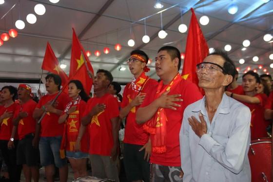 Người hâm mộ TPHCM xuống phố mừng chiến thắng  ảnh 1