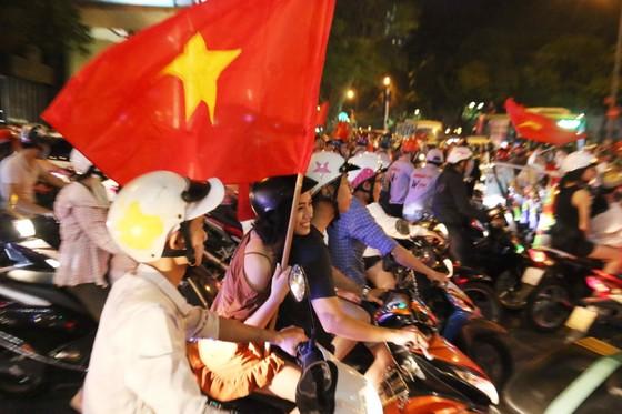 Người hâm mộ TPHCM xuống phố mừng chiến thắng  ảnh 4