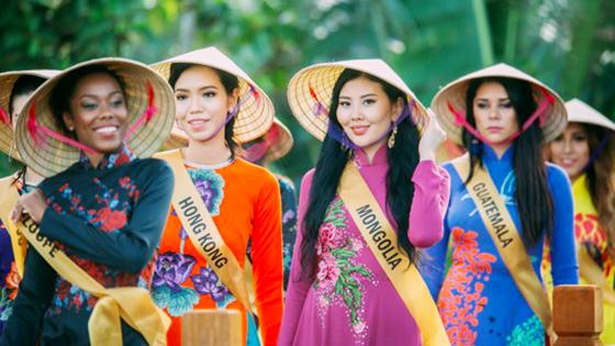 Miss Grand International 2017: Hoa hậu thích thú học gói bánh lọc Quảng Bình ảnh 14