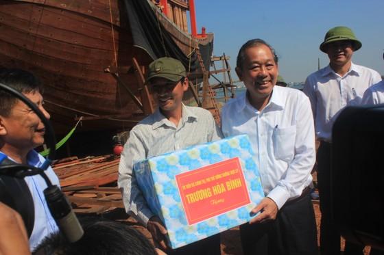 Phó Thủ tướng Trương Hòa Bình thăm hỏi ngư dân Quảng Bình ảnh 1