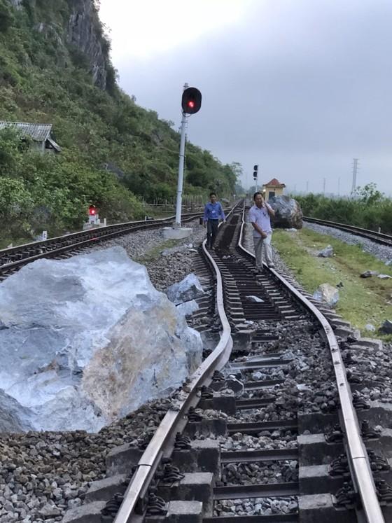 Quảng Bình: Ga Lạc Sơn tê liệt, đường ray hư hỏng vì sạt lở núi đá vôi ảnh 1