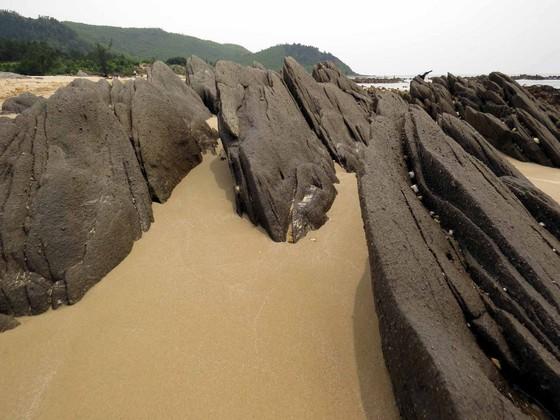 Những bãi đá xếp lớp, nơi ngư dân lấy hàu và nhiều sản vật biển khác