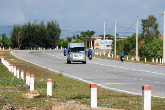 Hiện mỗi ngày có nhiều xe chở khách hành hương viếng mộ Đại tướng Võ Nguyên Giáp đi qua đường này
