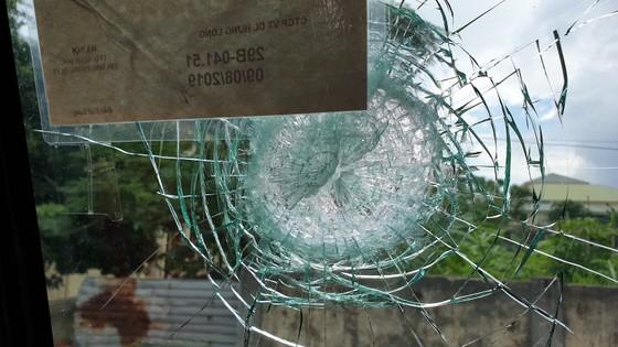Quảng Bình: Côn đồ lại tấn công hàng loạt xe du lịch ảnh 1