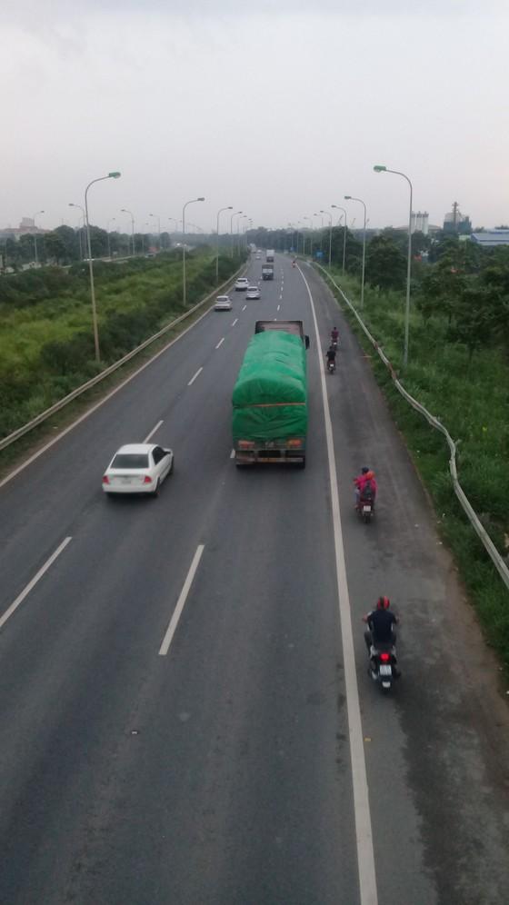 Hà Nội: Xe máy bất chấp nguy hiểm đi vào cao tốc  ảnh 1