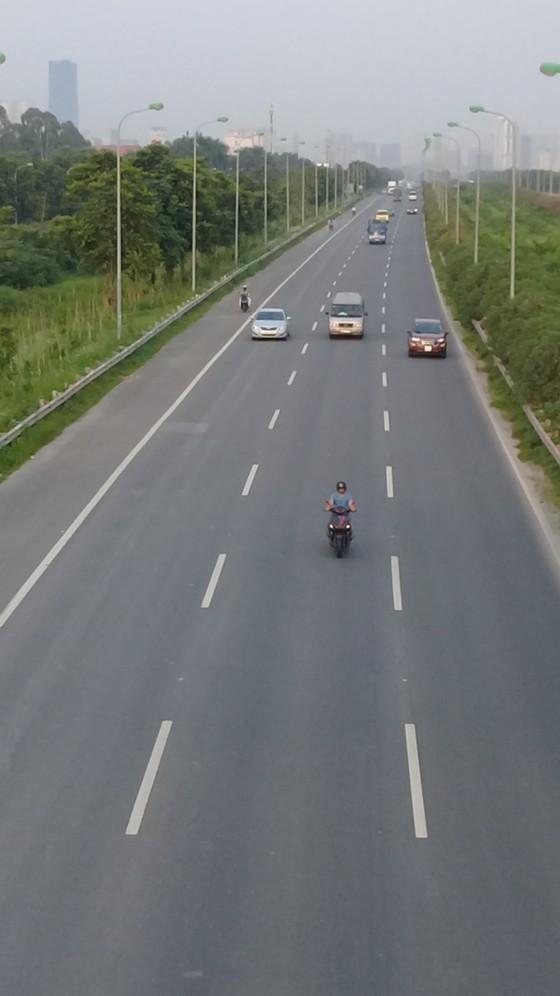 Hà Nội: Xe máy bất chấp nguy hiểm đi vào cao tốc  ảnh 2