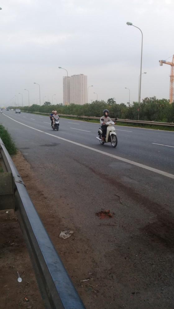 Hà Nội: Xe máy bất chấp nguy hiểm đi vào cao tốc  ảnh 3