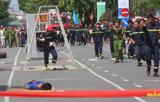Hàng trăm Cảnh sát PCCC tham gia Hội thi cứu nạn cứu hộ lần I-2017 ảnh 8