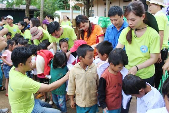 """Mang """"Áo trắng đến trường"""" cho hàng trăm học sinh nghèo Đắk Nông ảnh 3"""
