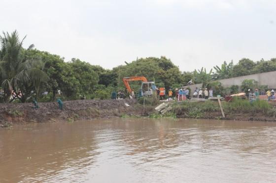 Sạt lở cuốn trôi 4 nhà dân và 1 bến phà xuống sông ảnh 1