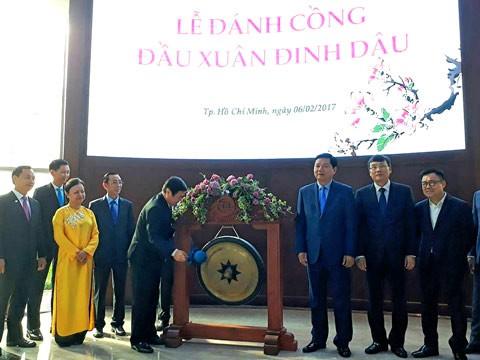 Chủ tịch UBND TPHCM đánh cồng đầu Xuân Đinh Dậu ảnh 1