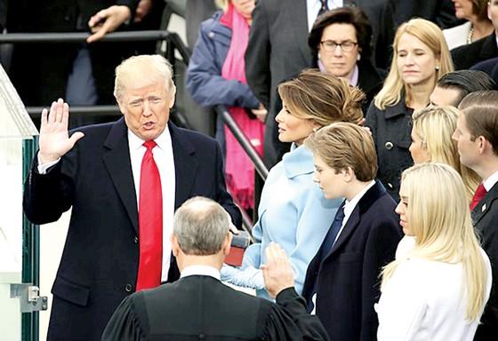 Tổng thống Donald Trump tuyên thệ nhậm chức ảnh 1