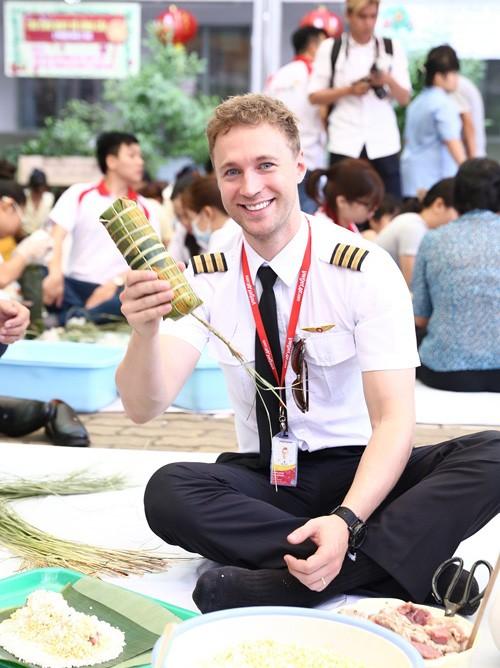 Chàng phi công điển trai gói bánh tét gây sốt ảnh 2