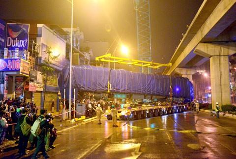 Cẩu thành công toa tàu đầu tiên Cát Linh-Hà Đông ảnh 7