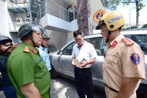 Đậu sai chỗ, xe đưa lãnh đạo đi họp bị phạt ảnh 1