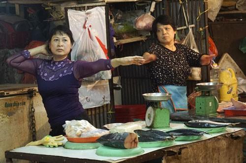 Nhảy Aerobic trong chợ ở Hà Nội ảnh 3