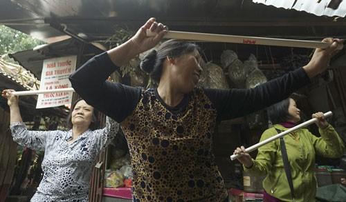 Nhảy Aerobic trong chợ ở Hà Nội ảnh 5