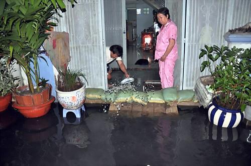 Thức đêm đắp đê ngăn nước vào nhà ảnh 2