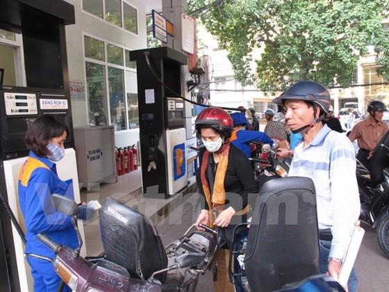 Giá xăng nhập về Việt Nam giảm 40% ảnh 1