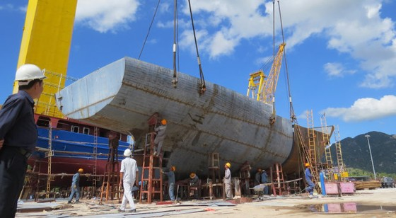 Nhiều ngư dân đóng tàu vỏ thép và composite ảnh 1