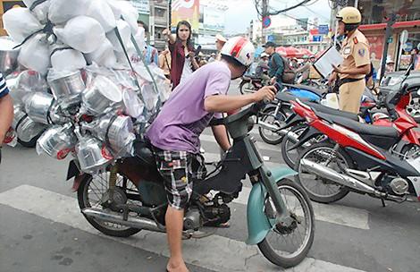 """TPHCM dẹp xe máy """"mù"""" ảnh 1"""