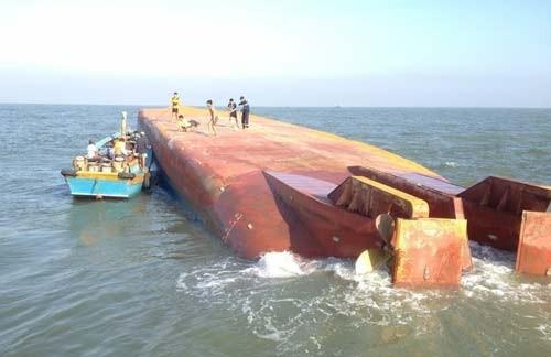 Tàu 2.000 tấn chìm TPHCM, 5 người mất tích ảnh 1