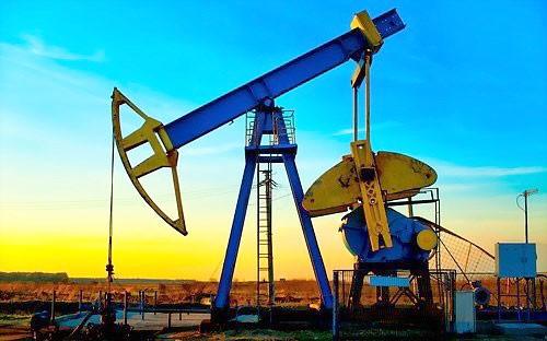 Giá dầu tăng vọt vì USD suy yếu ảnh 1