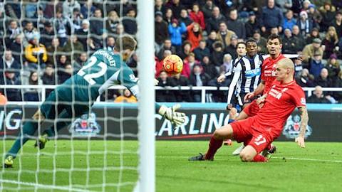 Thua Newcastle 0-2, Liverpool ngoài top 5 ảnh 1