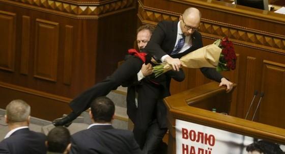 Ukraine: Quốc hội ẩu đả, tấn công Thủ tướng ảnh 1