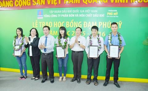 PVFCCo trao 350 học bổng Đạm Phú Mỹ ảnh 1
