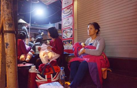 HN: Trăm người thức đêm chờ tiêm vắcxin cho con ảnh 1
