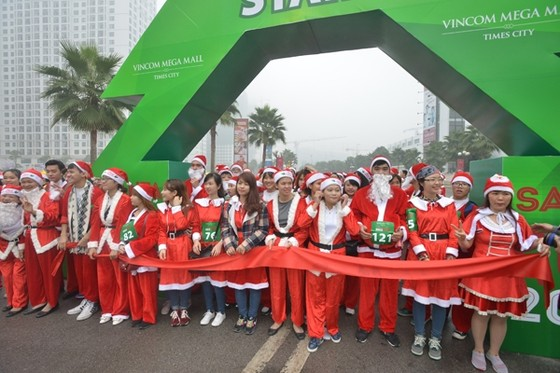Giới trẻ hóa trang ông già Noel chạy marathon ảnh 2