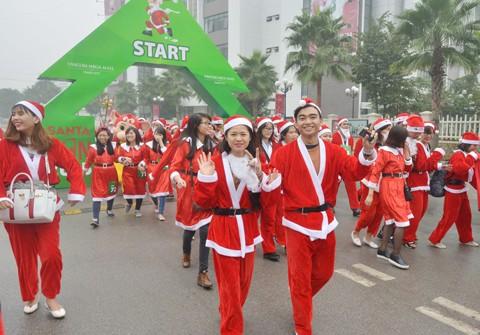 Giới trẻ hóa trang ông già Noel chạy marathon ảnh 1