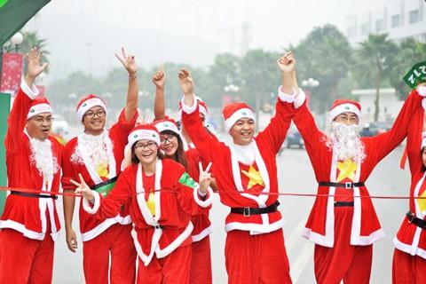 Giới trẻ hóa trang ông già Noel chạy marathon ảnh 3