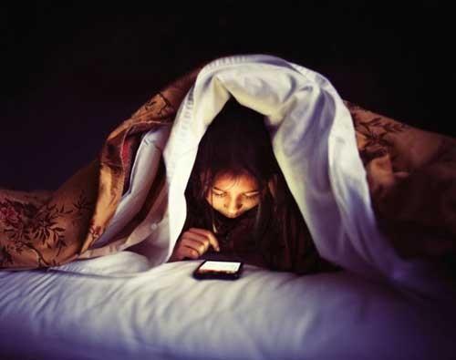 Sử dụng iPad,ĐTDĐ trước giờ ngủ có thể gây tử vong ảnh 1