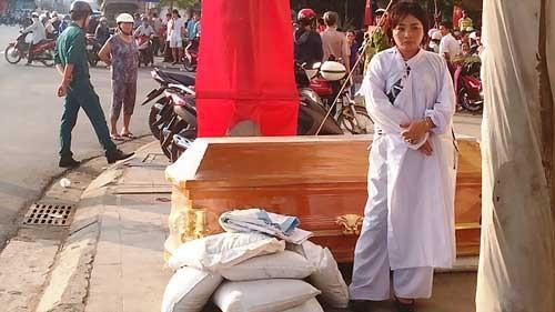 Bà chủ khách sạn đem quan tài đặt trước NH Nam Á ảnh 1
