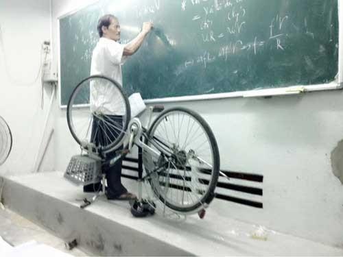 Thầy giáo mang xe đạp lên bục giảng bài ảnh 1