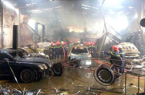 Cháy gara ở Sài Gòn, 10 ôtô bị thiêu rụi ảnh 1