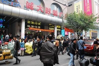 """Hàng chợ Trung Quốc """"đeo"""" mác D&G, Gucci ảnh 1"""