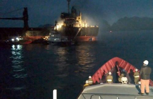 18 người cầu cứu trên tàu nước ngoài bị cháy ảnh 1