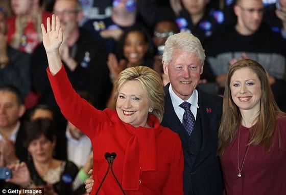 Bà Hillary thắng ở Iowa nhờ tung đồng xu ảnh 1