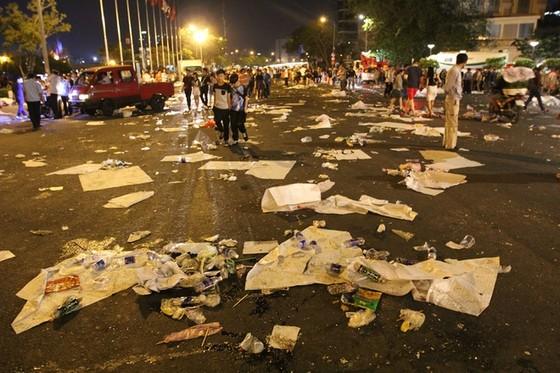 Trung tâm Sài Gòn ngập rác sau giao thừa ảnh 1