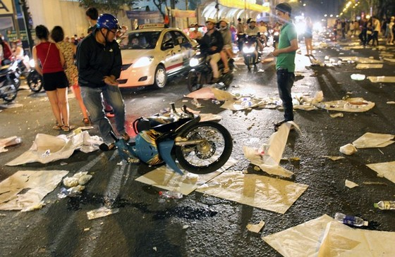 Trung tâm Sài Gòn ngập rác sau giao thừa ảnh 3