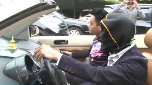 Trùm kín đầu phóng ô tô trên phố Hà Nội ảnh 1