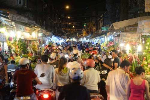 Người Sài Gòn ùn ùn mua hoa tặng phụ nữ ảnh 1