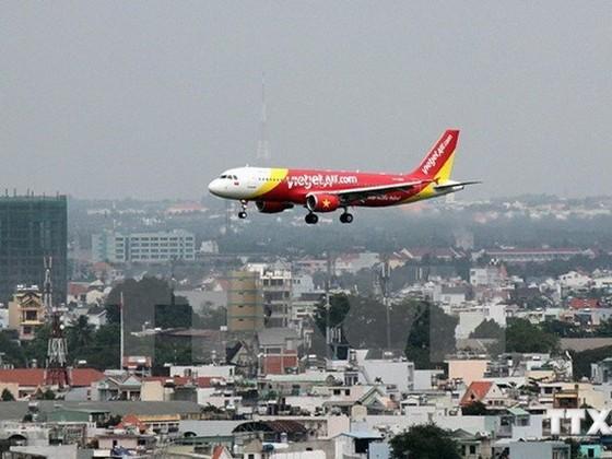 Nhiều chuyến bay chuyển hướng do thời tiết ảnh 1
