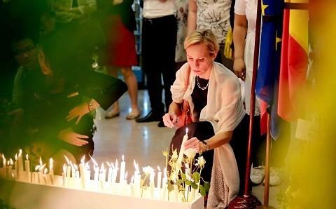 Tưởng niệm nạn nhân khủng bố ở Bỉ tại Hà Nội ảnh 4