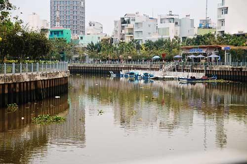 Rác ngáng đường du thuyền trên kênh Nhiêu Lộc ảnh 1