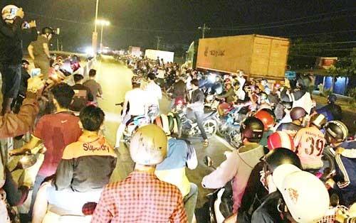 Chặn quốc lộ làm trường đua, hàng trăm 'quái xế' biểu diễn ảnh 1